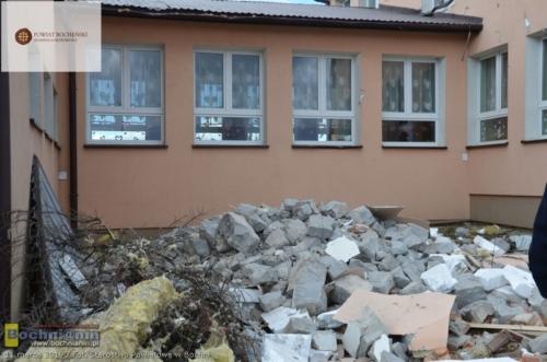 W Zbydniowie (gmina Łapanów) wiatr zerwał dach ze szkoły podstawowej.