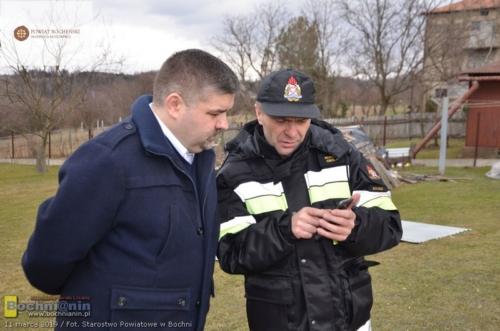 Starosta Adam Korta i komendant powiatowy straży pożarnej w Bochni Robert Cieśla.